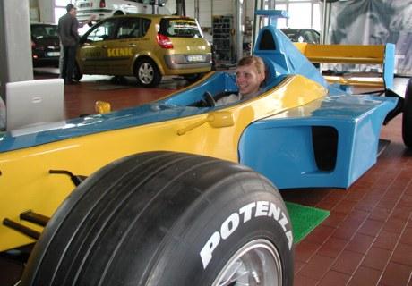 f1 racingsimulator blau gelb renault indoor mieten