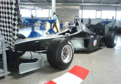 f1 racingsimulator schwarz silber mercedes roadshow